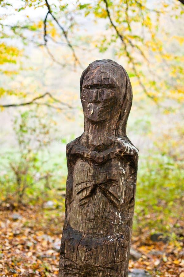 Houten totem, heidens idool in Rusland stock afbeeldingen