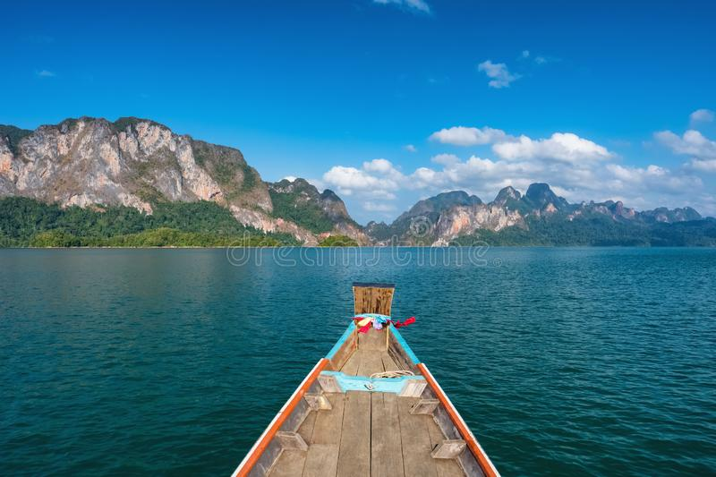 Houten traditionele Thaise longtailboot op Cheow-Lan meer in Khao Sok National Park stock foto