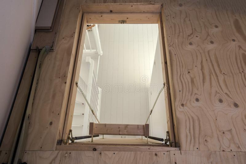 Houten trap aan de zolder in een modern leeg huis stock afbeelding