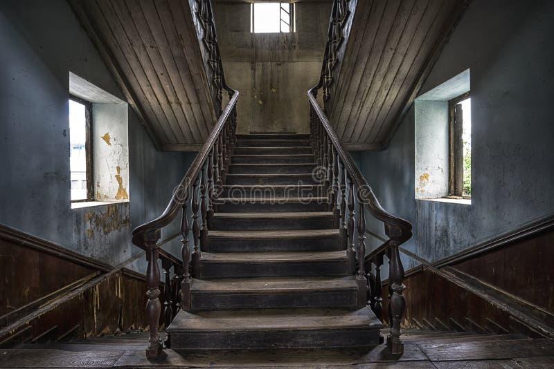 Houten trap in een verlaten huis royalty-vrije stock afbeeldingen