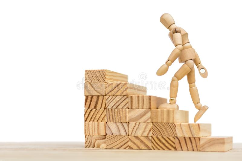 Houten trap en houten pop tegen witte achtergrond met beschikbare ruimte voor het verdere uitgeven royalty-vrije stock foto's