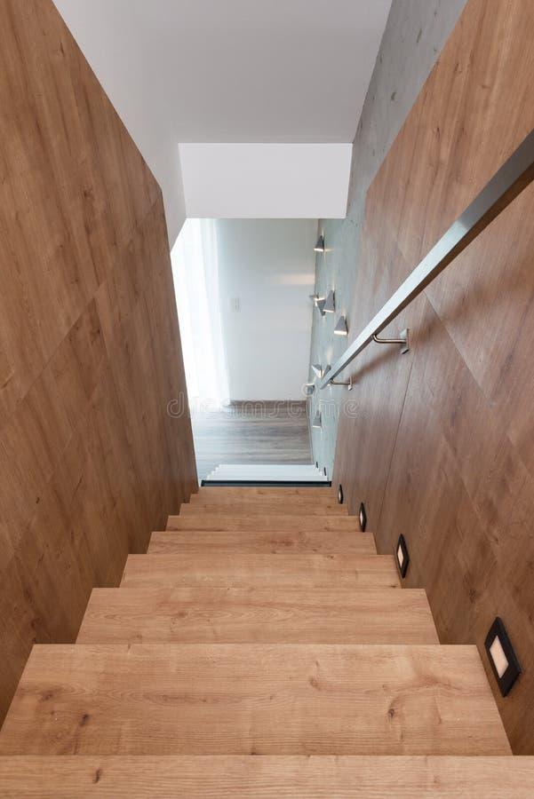 Houten trap in moderne flat stock afbeelding afbeelding for Moderne houten trap