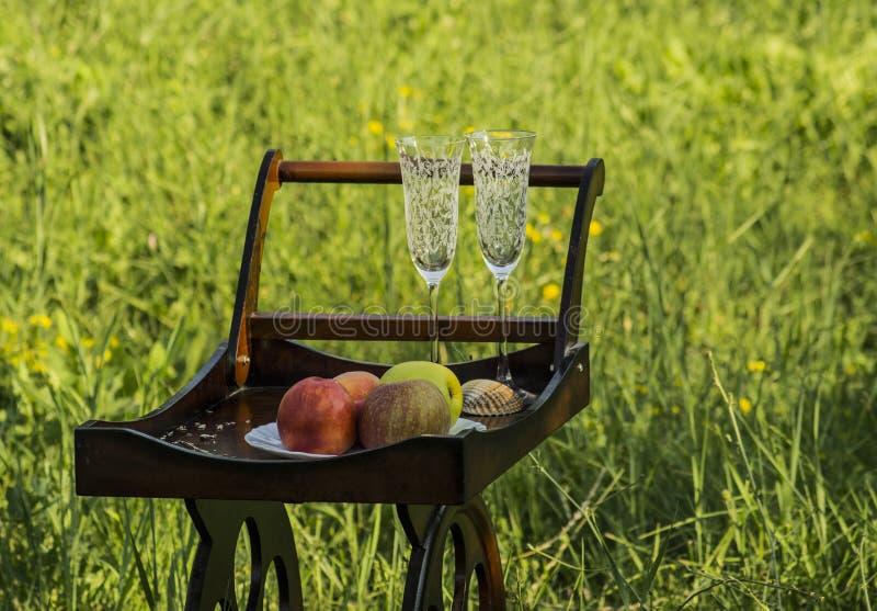 Houten Tray With Wine Glasses en Vruchten stock afbeeldingen