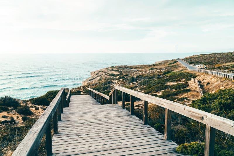 Houten Trede die tot Mooi Strand met Turkoois Water in Portugal leiden royalty-vrije stock foto's