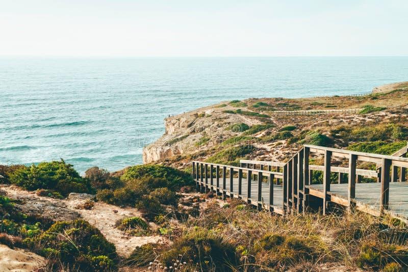 Houten Trede die tot Mooi Strand met Turkoois Water in Portugal leiden stock foto's