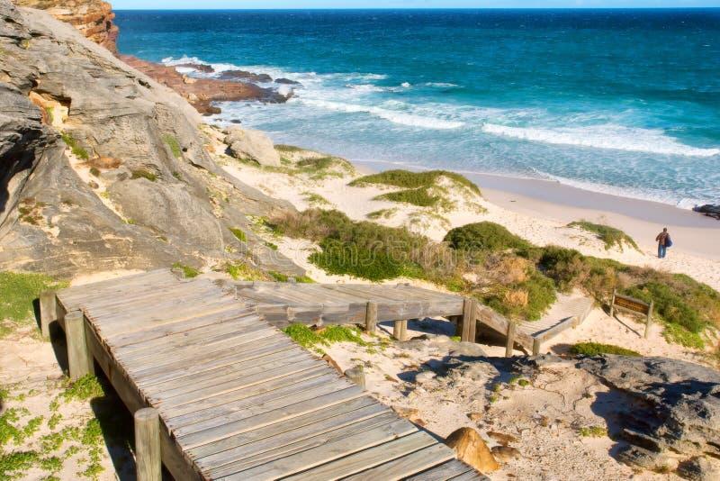 Houten treden neer aan strand stock fotografie