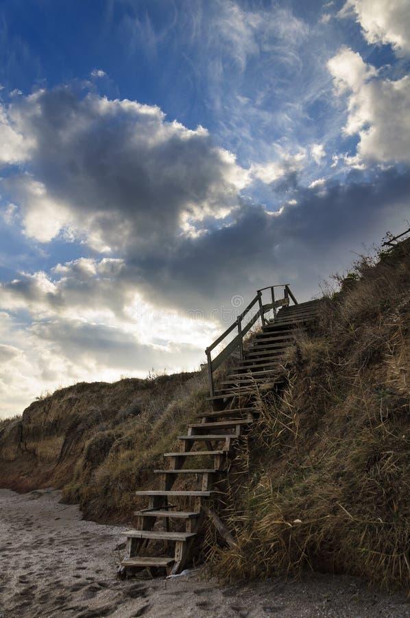 Houten treden op het strand royalty-vrije stock fotografie
