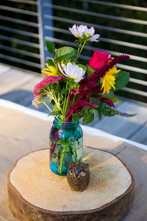 Houten Uilen en Bloemen stock afbeeldingen