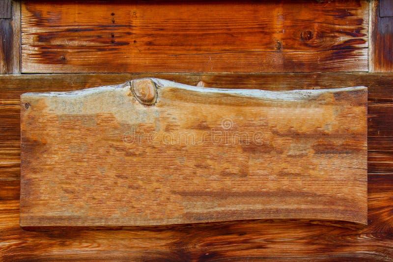 Houten uithangbord met het hangen op planken stock fotografie
