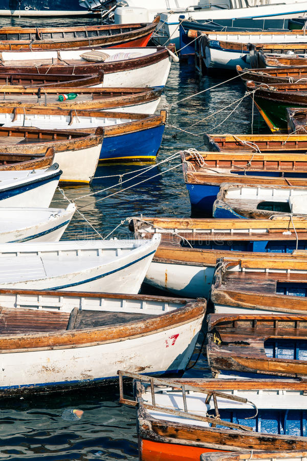 Houten uitstekende boten Talloze vissersboten stock afbeeldingen
