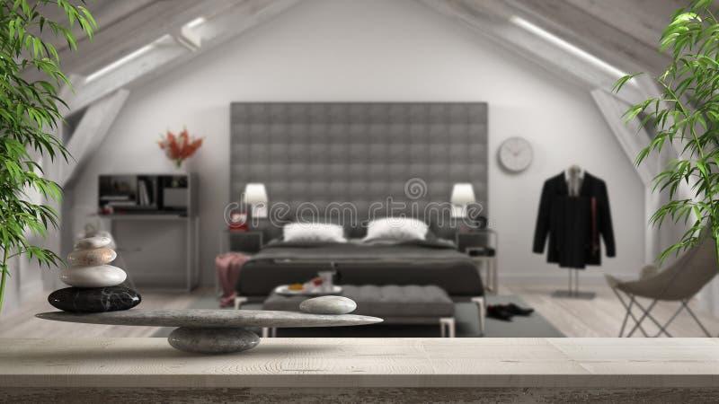 Houten uitstekende lijst of plank met steensaldo, over vage klassieke zolderzolderslaapkamer met luxemeubilair, feng shui, zen me stock foto's