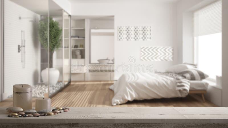 Houten uitstekende lijstbovenkant of plank met kaarsen en kiezelstenen, zen stemming, over vage minimalistische slaapkamer en bad stock fotografie
