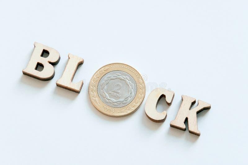 Houten van letters voorziend Blok van houten brieven en een zilveren muntstuk in twee Argentijns pessosclose-up Witte lijst als a royalty-vrije stock fotografie