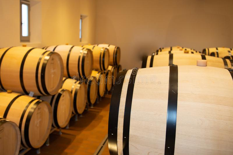 Houten vat wijn in de kelder in Bordeaux Frankrijk stock afbeelding
