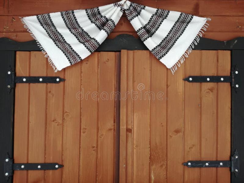 Houten venster met een doek met zwart-witte strepen royalty-vrije stock afbeeldingen