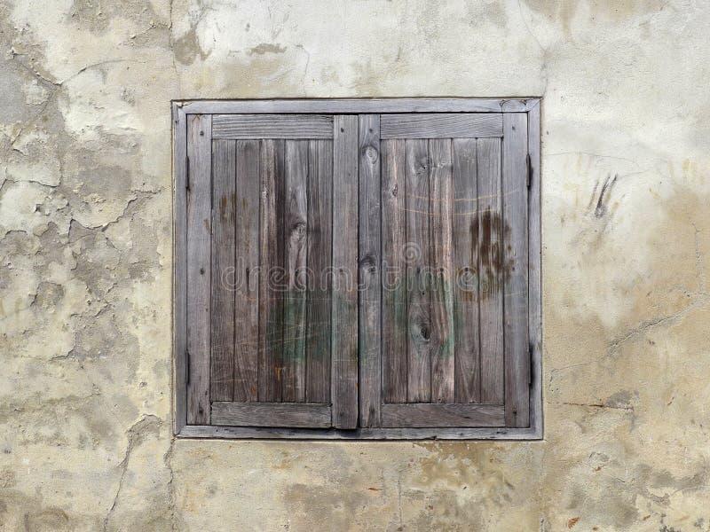 Houten venster op oude muur stock foto's