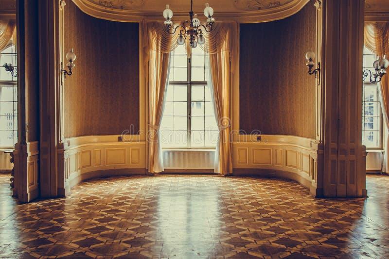 Houten vensters met uitstekende gordijnen en het vierkante vormen op een zonnige dag beige satijngordijnen binnenland van een leg royalty-vrije stock afbeeldingen