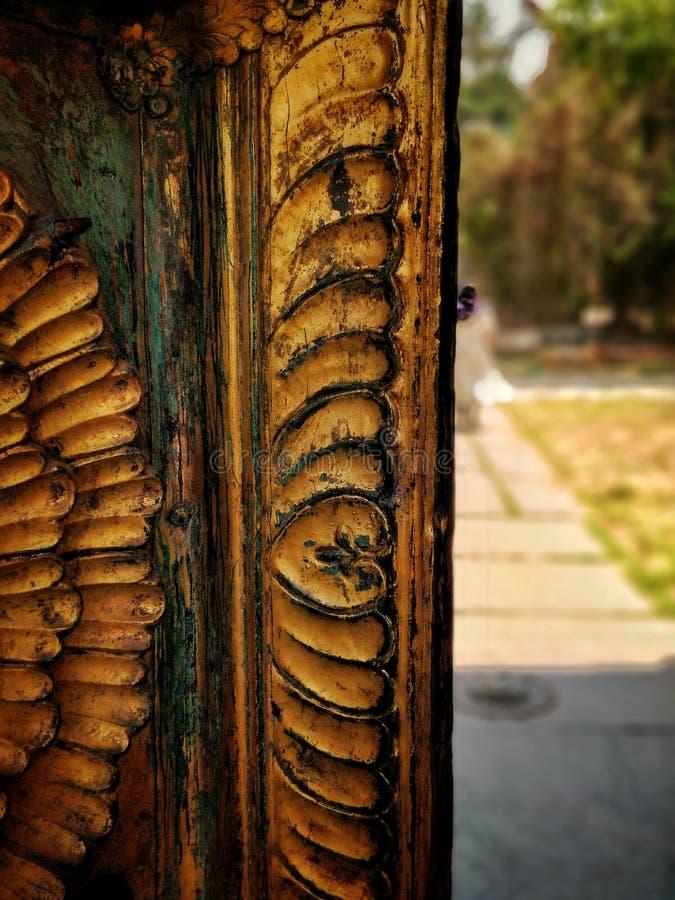 Houten verbazen scupltured Oude deur stock foto