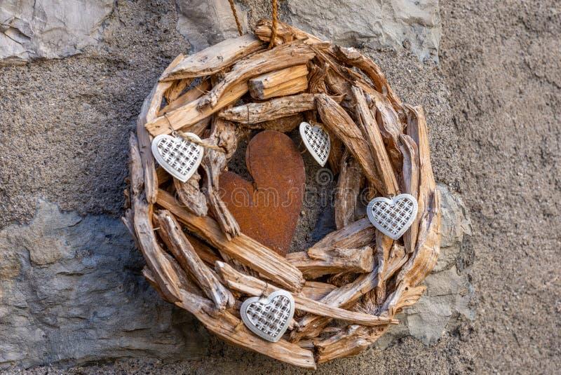 Houten vervaardigd met harten die op een muur hangen stock afbeelding