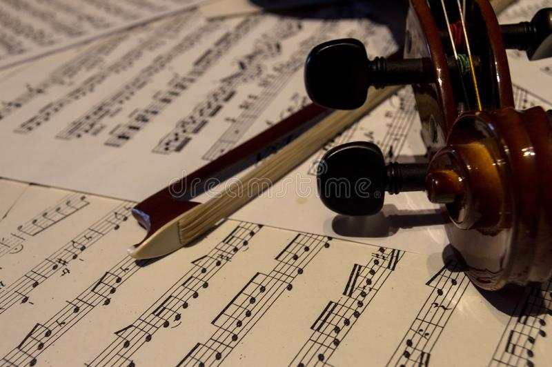 Houten viool op een bladmuziek stock afbeeldingen