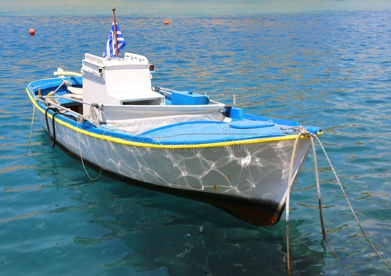 Houten Vissersboot met Griekse Vlag royalty-vrije stock foto's