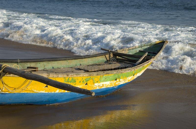 Houten vissersboot op overzees van Bengalen baaistrand in Tamilnadu, India royalty-vrije stock afbeeldingen