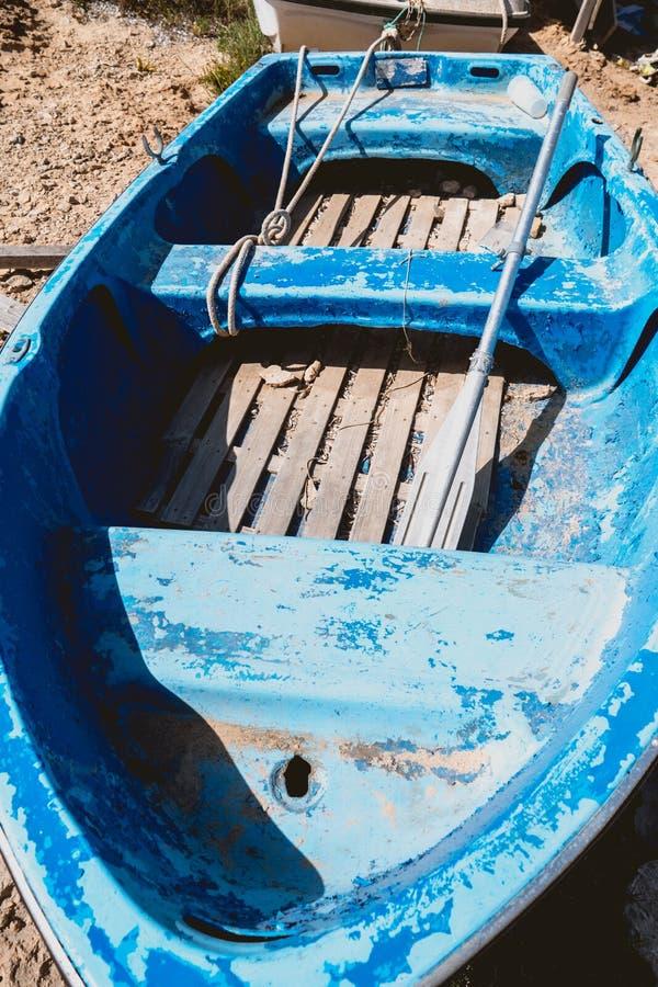Houten vissersboot zonder motor royalty-vrije stock afbeeldingen