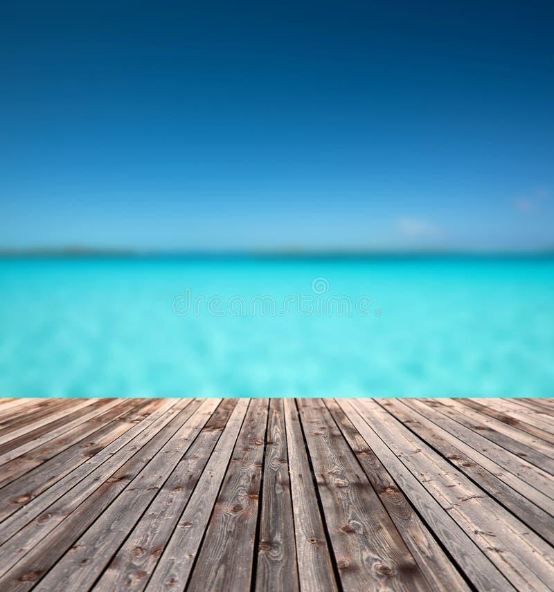Houten vloer en blauwe overzees royalty-vrije stock afbeelding