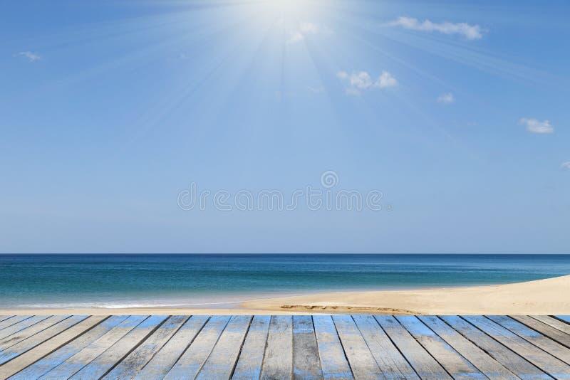 Houten vloer met Andaman-overzees, strand en tropische overzeese landschapsrug stock afbeelding