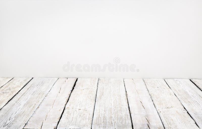 Houten vloer, oude houten plank, het witte binnenland van de raadsruimte