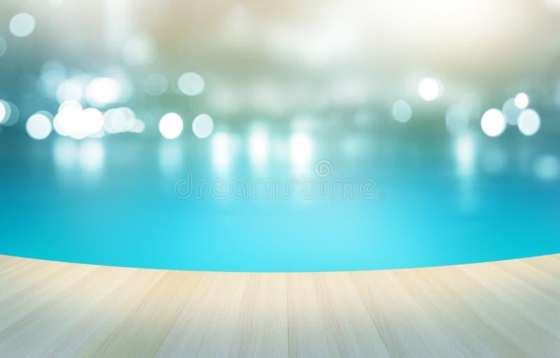 Houten vloer tropisch zwembad bij het pastelkleurachtergrond, zacht en onduidelijke beeld stock foto