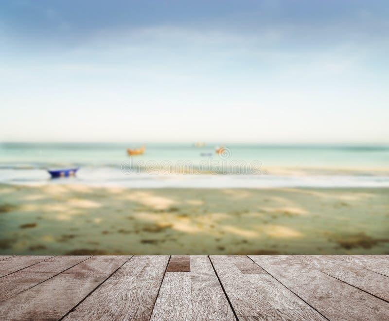 Houten vloerbovenkant op blauwe overzees in ochtendlicht stock fotografie