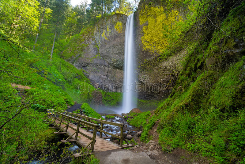Houten Voetbrug door Latourell Falls in Oregon de V.S. stock afbeeldingen