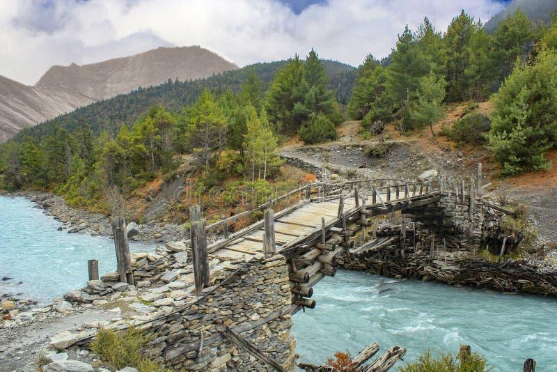 Houten voetgangersbrug op de annapurnakring dichtbij Dhiktur Pokhari stock fotografie