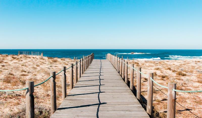 Houten voetpad bij het strand portugal stock afbeeldingen