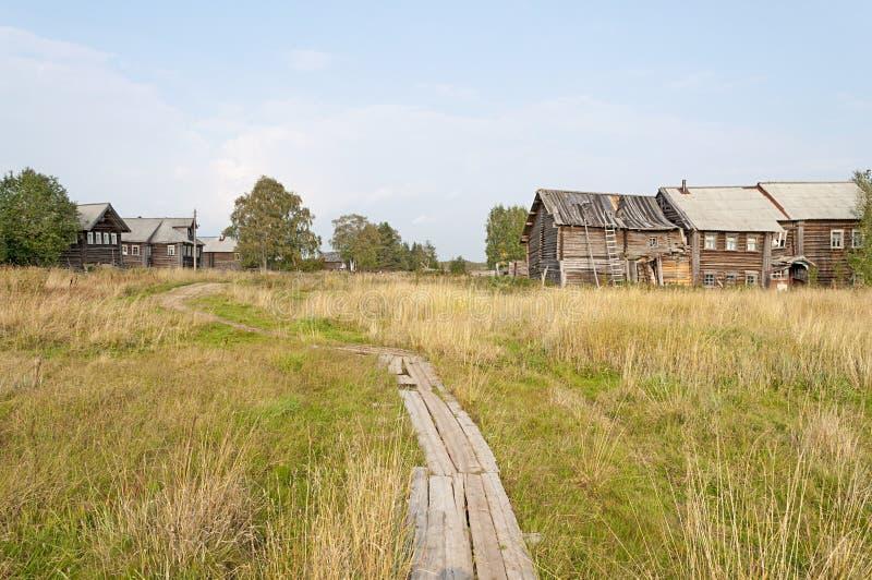 Houten voetpad in noordelijk Russisch dorp stock foto