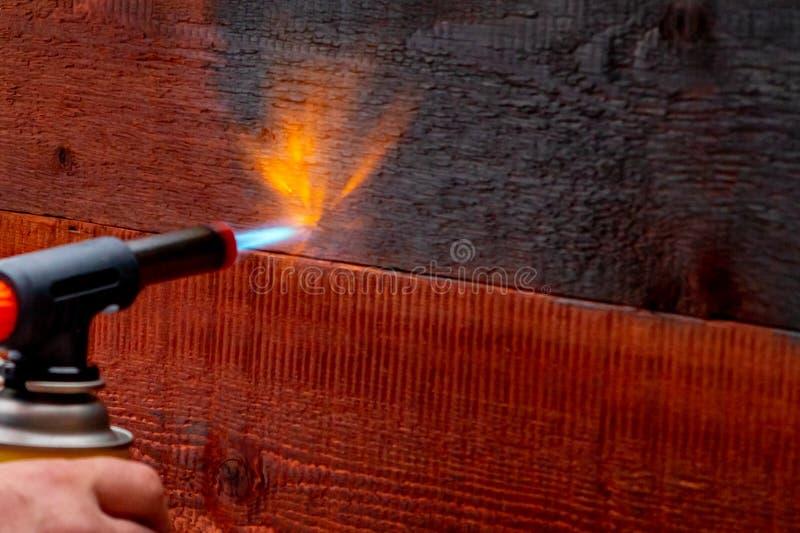 Houten vuren die de oude Japanse methode gebruiken stock foto's