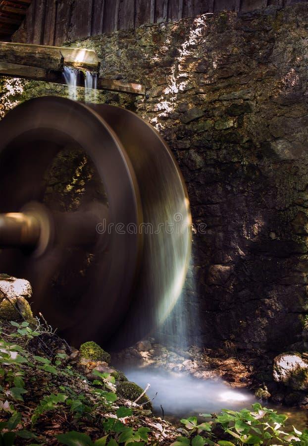 Houten waterspinnewiel stock foto's