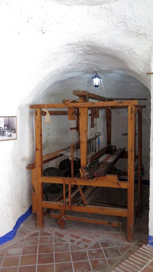 Houten weefgetouw op vertoning in oud kalksteenhol royalty-vrije stock foto's