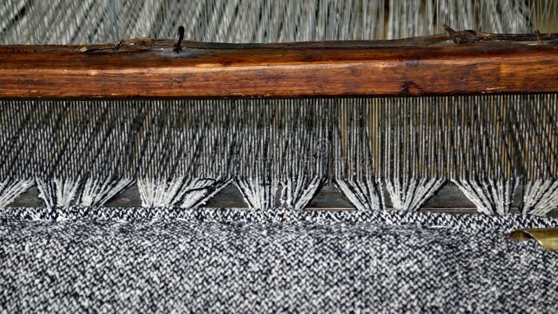 Houten weefgetouw voor de productie van de stoffen in textielind. royalty-vrije stock afbeelding