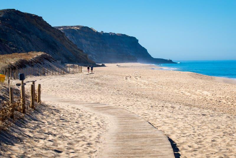 Houten weg op zand aan overzees Vakantie en rust op een strandconcept stock fotografie