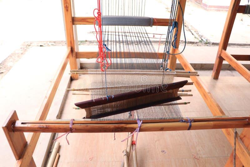 Houten wevend weefgetouw met kleurrijke patroon textiel en wevende pendel royalty-vrije stock afbeeldingen
