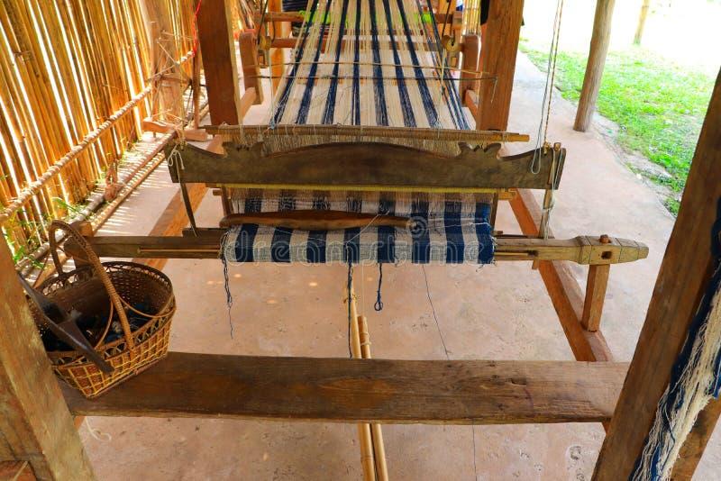 Houten wevend weefgetouw met kleurrijke patroon textiel en wevende pendel - Traditioneel ambachtsconcept royalty-vrije stock foto's