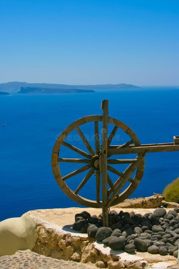 Houten wiel in Santorini stock foto's