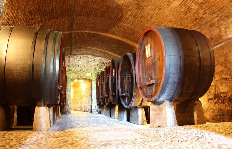 Houten wijnvatten in een kelder stock foto's