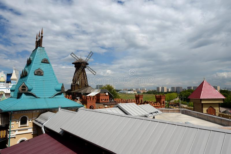 Houten windmolen in Izmailovsky het Kremlin, Moskou stock afbeelding