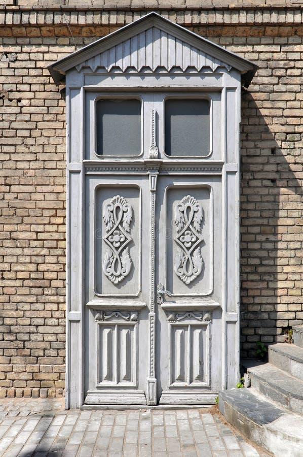 Houten witte deur met bloemenpatronen royalty-vrije stock afbeeldingen