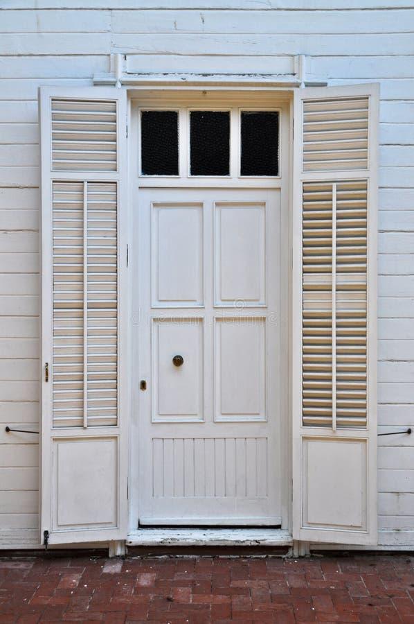Houten witte deur van een villa royalty-vrije stock afbeeldingen