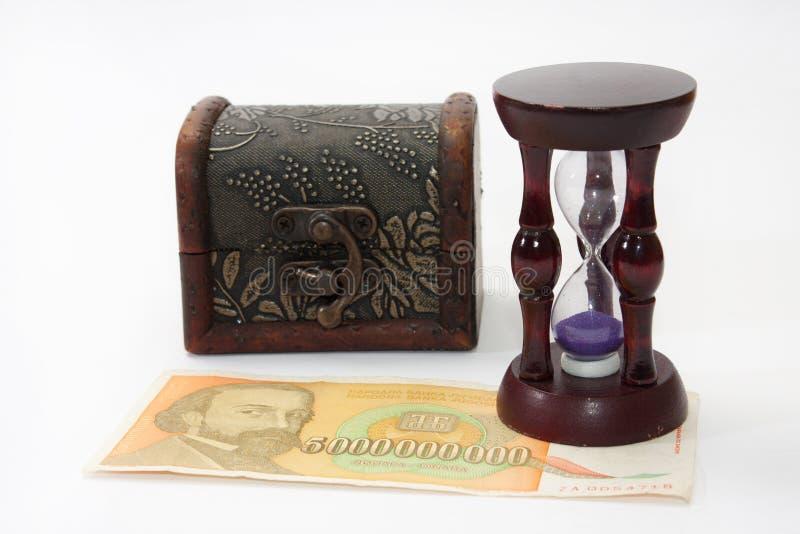 Houten zandloper op de 5 bilionrekening met houten borst in B royalty-vrije stock afbeeldingen