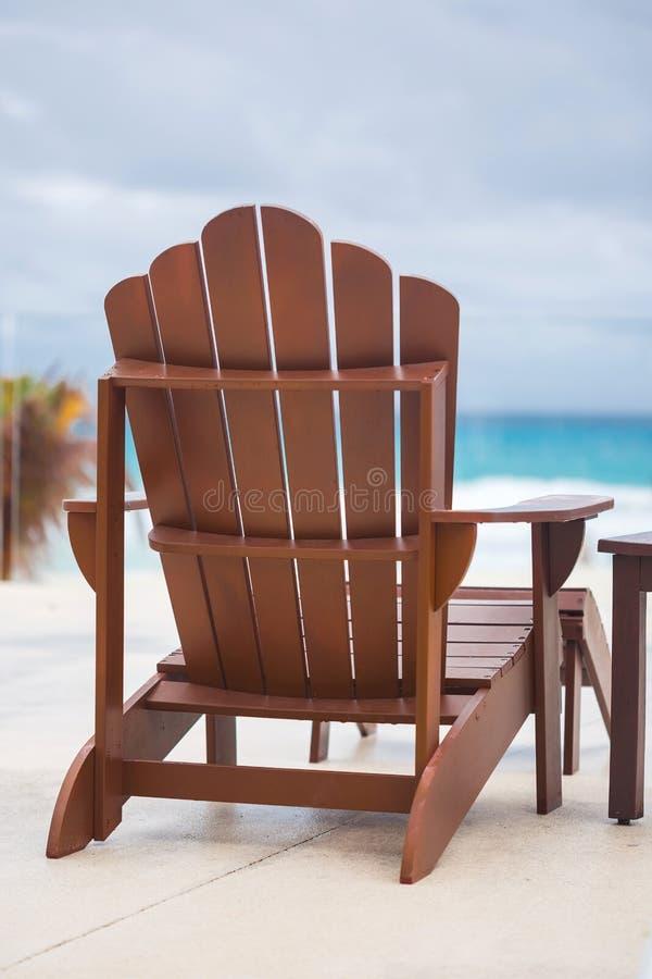 Houten zonstoel bij luxetoevlucht dichtbij Caraïbische overzees royalty-vrije stock afbeelding